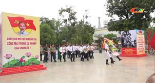 Đoàn đại biểu lãnh đạo tỉnh viếng đài liệt sỹ tỉnh và dâng hoa tượng đài Chủ tịch Hồ Chí Minh