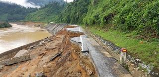 Cập nhật tình hình các tuyến đường tắc tại miền Trung sau bão số 9