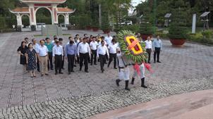 Đoàn đại biểu tỉnh Cao Bằng dâng hương, dâng hoa Khu tưởng niệm Chủ tịch Hồ Chí Minh tại tỉnh Cà Mau
