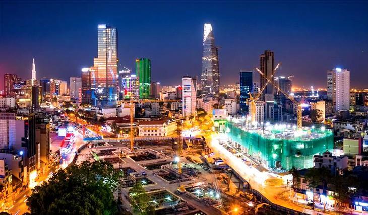 Phê phán các luận điệu xuyên tạc về đổi mới kinh tế và đổi mới chính trị ở Việt Nam