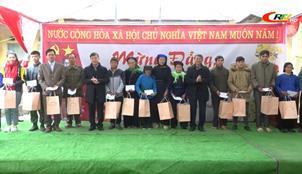 Chủ tịch UBND tỉnh Hoàng Xuân Ánh thăm, chúc tết, tặng quà nhân dân xóm Lạc Hiển (Trùng Khánh)