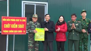 Phó Chủ tịch UBND tỉnh Nguyễn Trung Thảo tặng quà Tết tại huyện Quảng Hòa