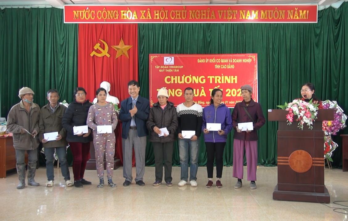 Đảng ủy Khối Cơ quan và Doanh nghiệp tỉnh: Tặng quà tết cho hộ nghèo tại xã Hoàng Tung (Hòa An)