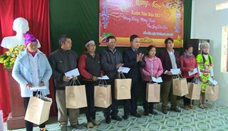 Phó Chủ tịch phụ trách HĐND tỉnh Nông Thanh Tùng thăm, tặng quà tết tại xã Quang Trung, huyện Hòa An