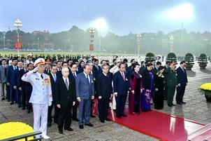 Đại biểu dự Đại hội Đảng lần thứ XIII viếng Hồ Chủ tịch và các anh hùng, liệt sĩ