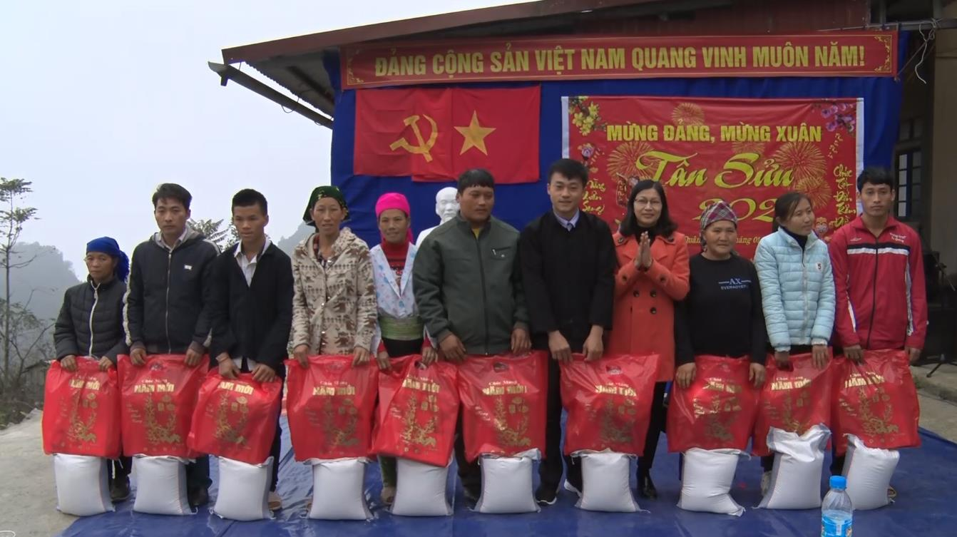 Hà Quảng: Lãnh đạo huyện thăm, tặng quà tết xóm Lũng Mới, Lũng Nhùng, xã Quý Quân