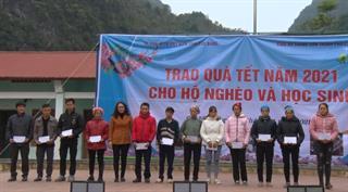Ủy ban Mặt trận Tổ quốc tỉnh: Tặng quà cho hộ nghèo, học sinh khó khăn huyện Hà Quảng