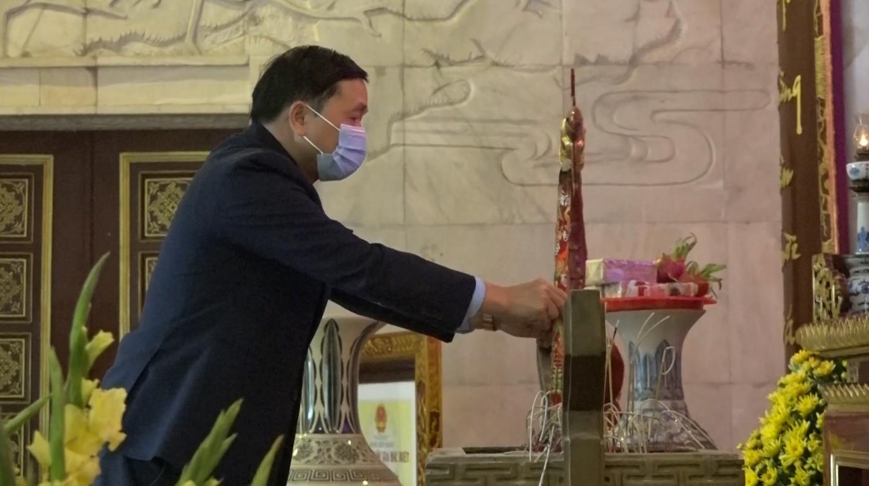 Phó Bí thư Thường trực Tỉnh ủy Triệu Đình Lê dâng hương, dâng hoa tại Đền thờ Chủ tịch Hồ Chí Minh, Khu di tích Quốc gia đặc biệt Pác Bó