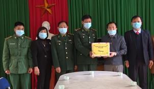 Đoàn công tác ủy ban MTTQ Việt Nam tỉnh Cao Bằng tặng quà các đơn vị thực hiện công tác phòng, chống dịch trên địa bàn huyện Hà Quảng