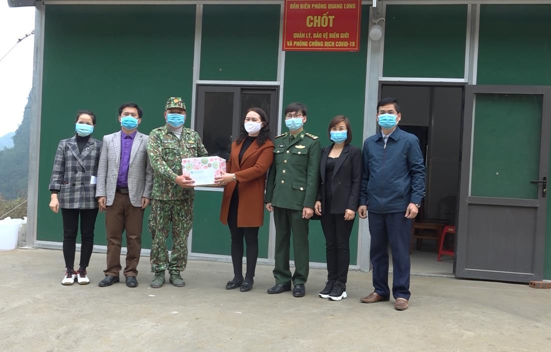 Đoàn công tác Uỷ ban MTTQ tỉnh thăm, tặng quà các tổ, chốt chống dịch trên địa bàn huyện Hạ Lang