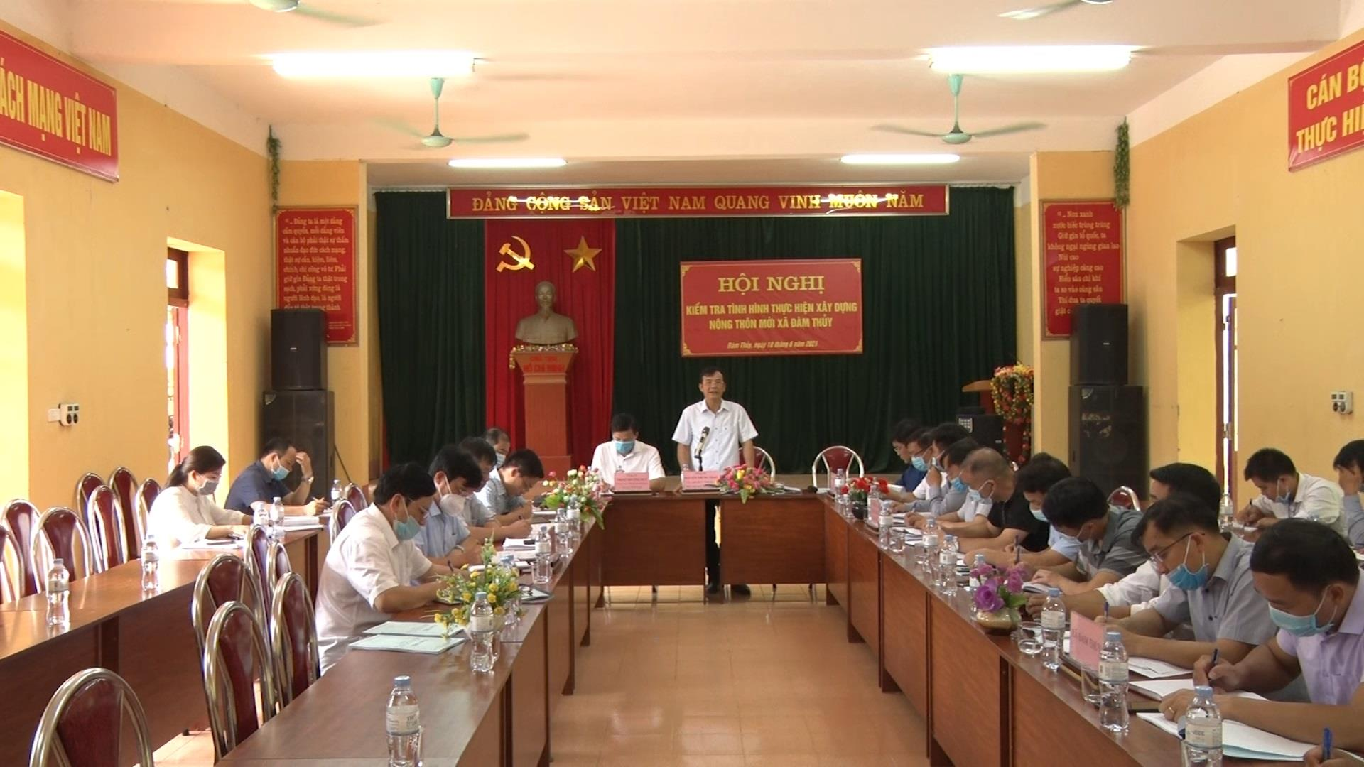 Phó Chủ tịch UBND tỉnh Nguyễn Trung Thảo kiểm tra xây dựng nông thôn mới tại xã Đàm Thủy, huyện Trùng Khánh