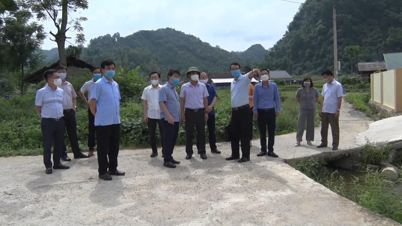 Phó Chủ tịch UBND tỉnh Nguyễn Trung Thảo kiểm tra xây dựng nông thôn mới tại xã Đức Xuân, huyện Thạch An
