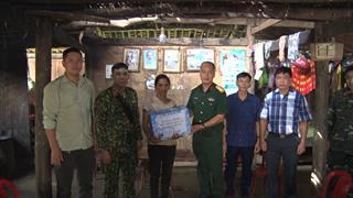 Hà Quảng: Ban CHQS huyện thăm, tặng quà gia đình quân nhân bị thiệt hại do giông lốc