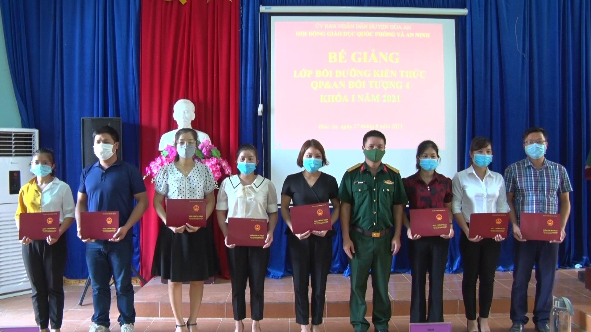 Hòa An: Bế giảng lớp bồi dưỡng kiến thức quốc phòng và an ninh khóa 01 cho đối tượng 4