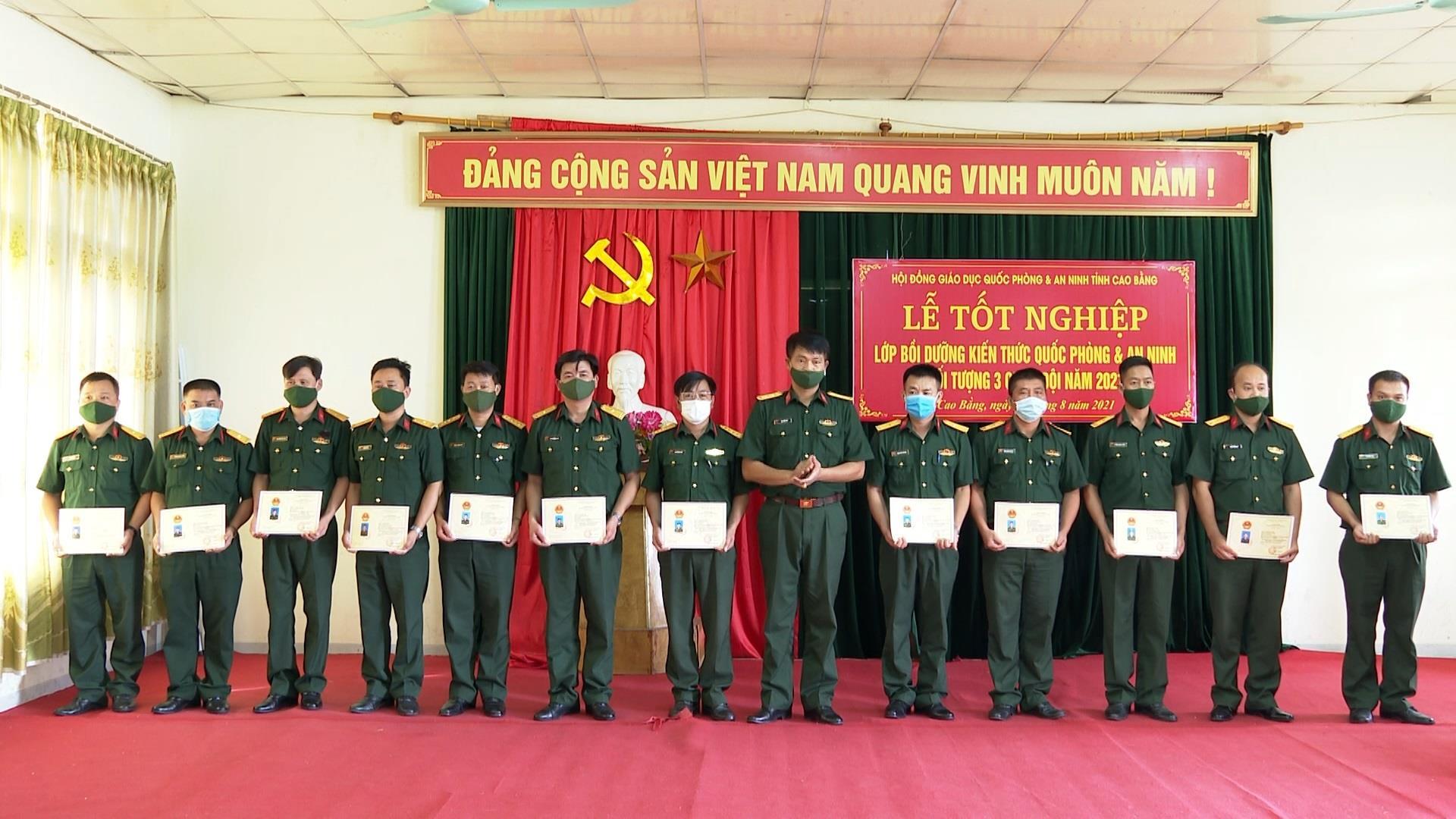 Hội đồng Giáo dục quốc phòng - an ninh tỉnh bế giảng lớp bồi dưỡng kiến thức quốc phòng - an ninh đối tượng 3 cán bộ sĩ quan Quân đội