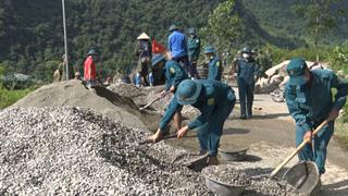 Hà Quảng: Sóc Hà thực hiện công tác dân vận, làm đường giao thông nông thôn