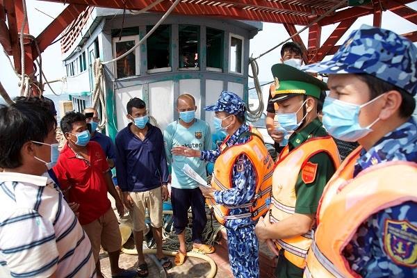 Cảnh sát biển Vùng 4 đồng hành cùng bà con ngư dân