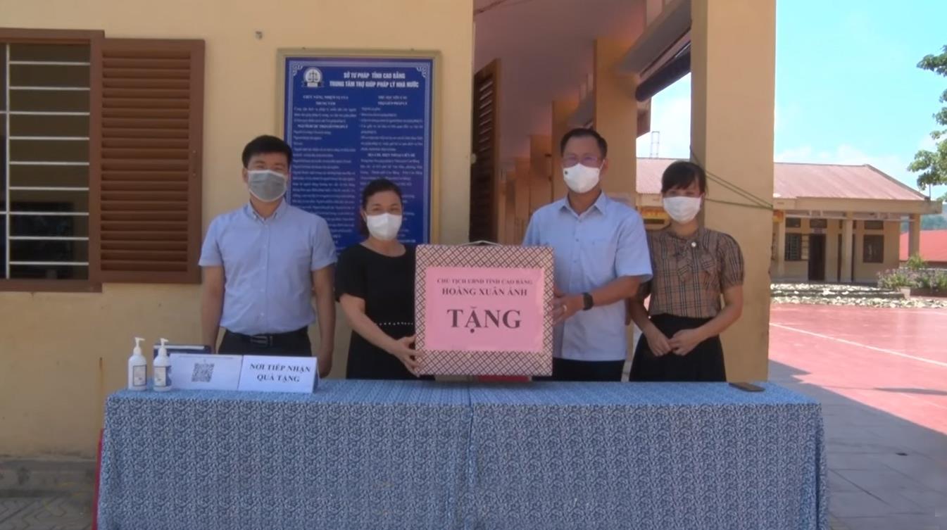 Tặng quà của Chủ tịch UBND tỉnh cho các cháu thiếu nhi tại Trung tâm Bảo trợ xã hội tỉnh nhân dịp Tết Trung thu
