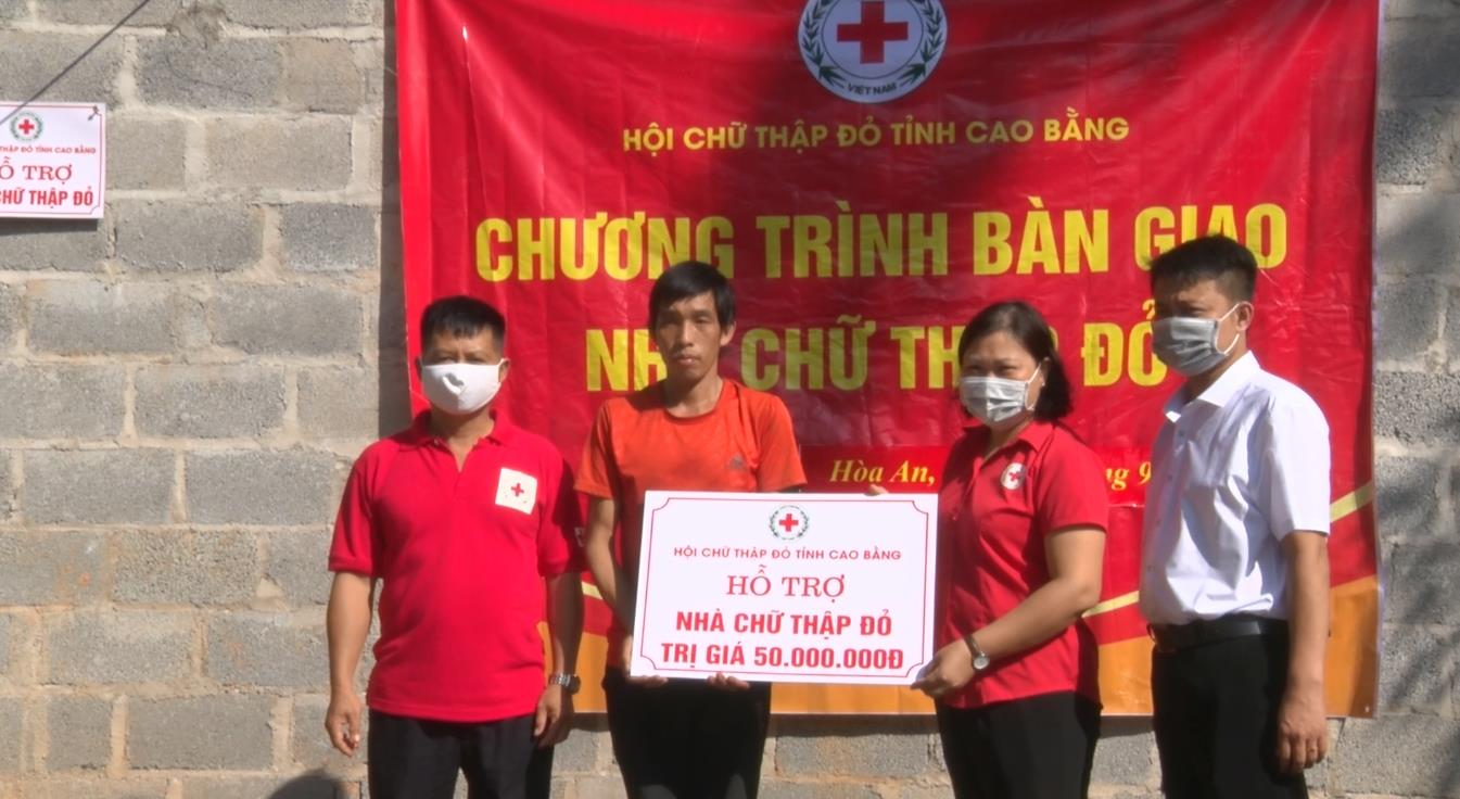 Hội Chữ thập đỏ tỉnh trao tiền hỗ trợ xây nhà cho hộ nghèo tại xã Bình Dương (Hòa An)