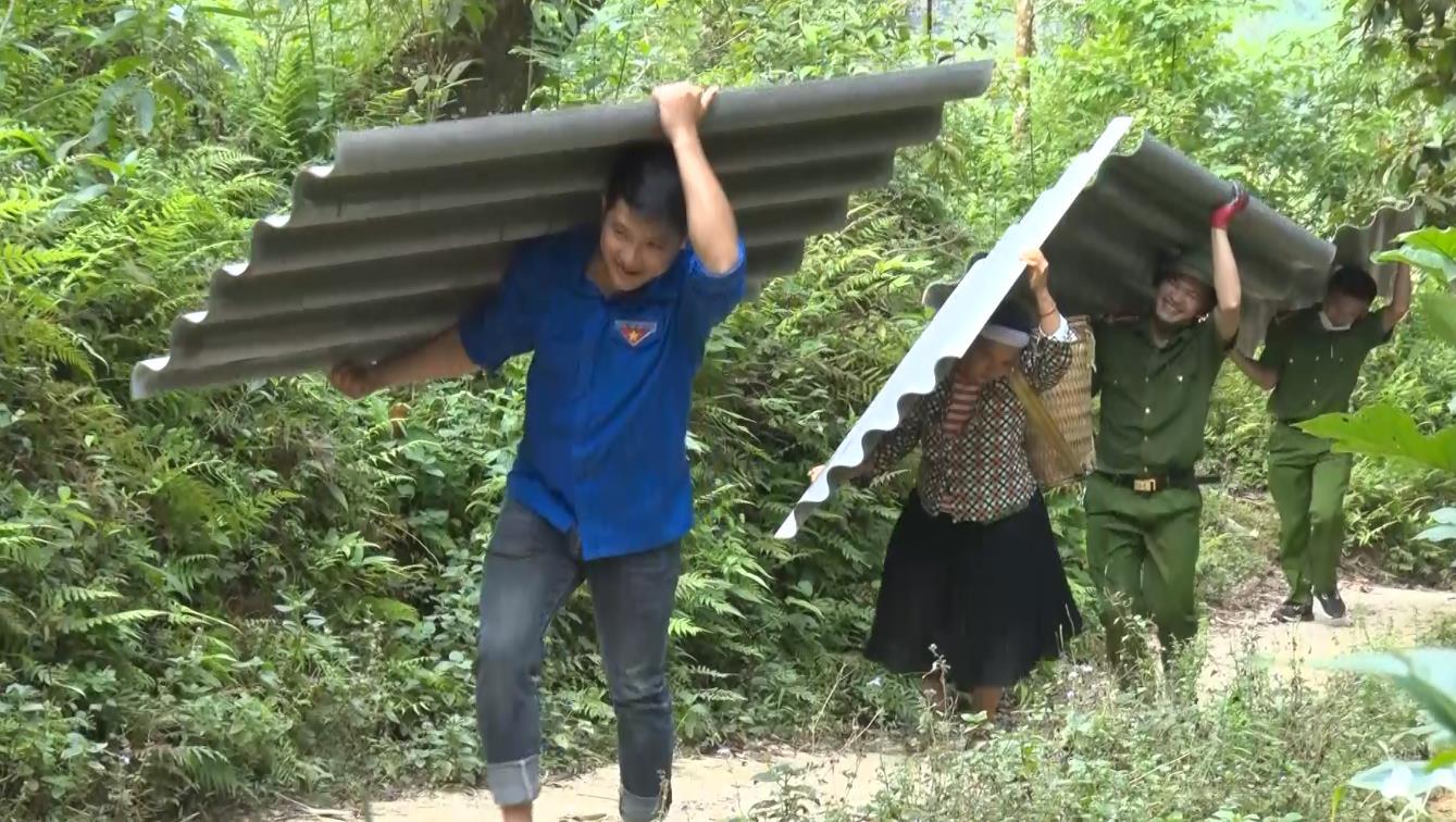 Công an huyện Quảng Hòa hỗ trợ người dân dựng nhà ở