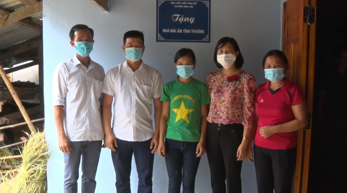 Hòa An: Hội LHPN trao tiền hỗ trợ làm nhà mái ấm tình thương cho hội viên có hoàn cảnh khó khăn