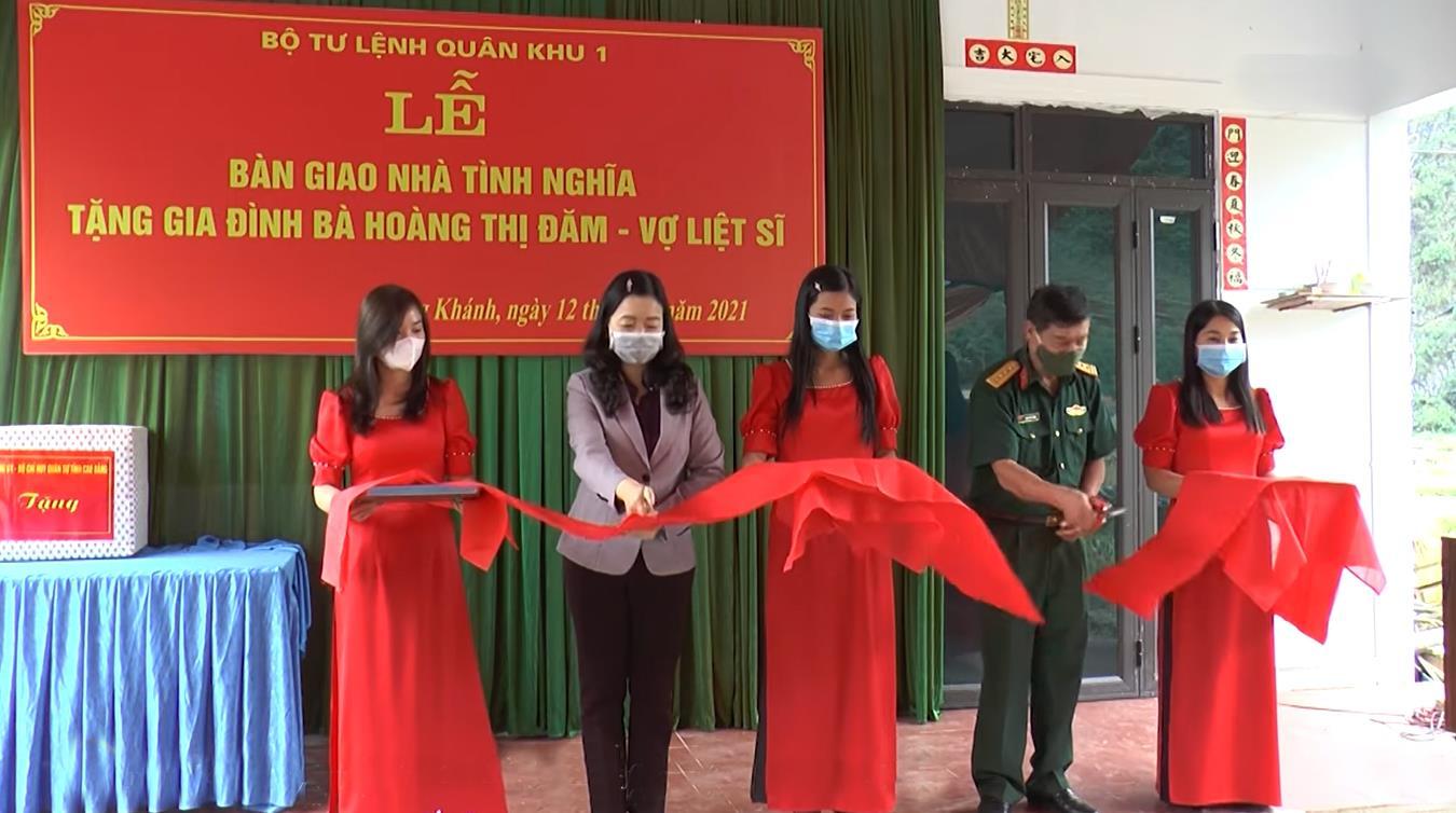 Trùng Khánh: Bàn giao nhà tình nghĩa cho gia đình vợ liệt sỹ