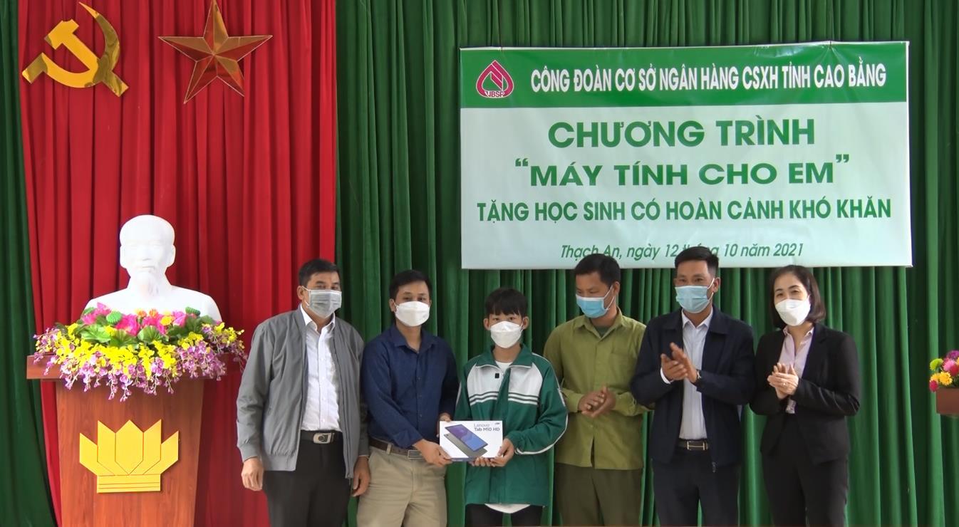 Công đoàn cơ sở Ngân hàng CSXH tỉnh Cao Bằng trao tặng máy tính cho học sinh có hoàn cảnh khó khăn