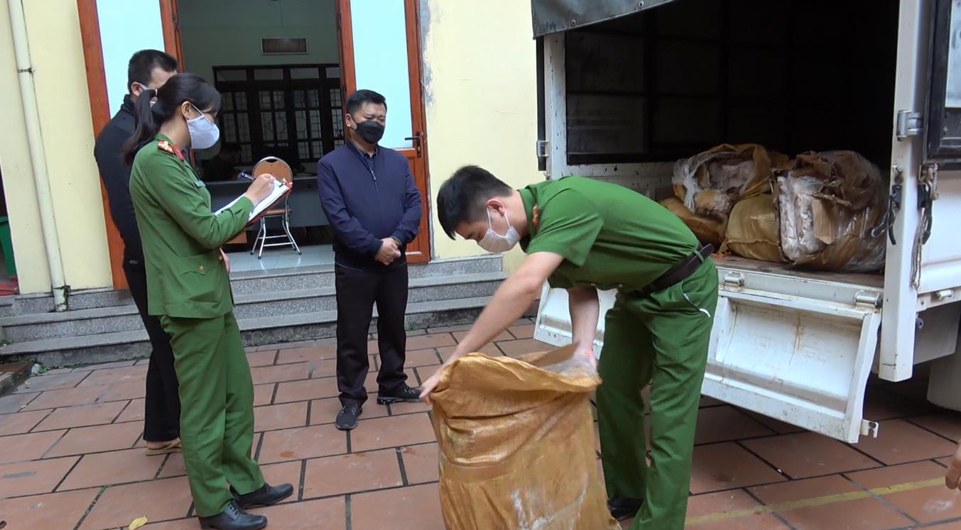 Bắt vụ vận chuyển 500kg chân gà đông lạnh không rõ nguồn gốc xuất xứ