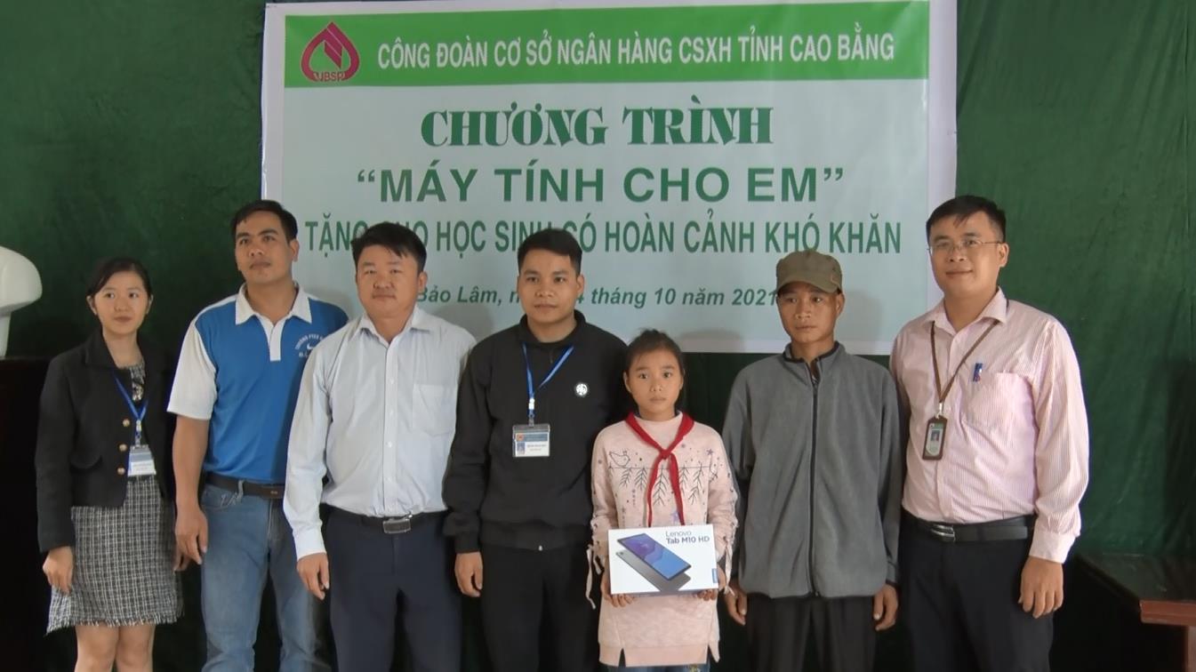Ngân hàng CSXH tỉnh: Tặng máy tính bảng cho học sinh có hoàn cảnh khó khăn tại huyện Bảo Lâm