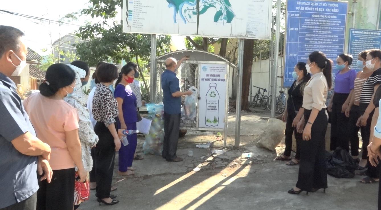 Phụ nữ thành phố chung tay xử lý rác thải nhựa