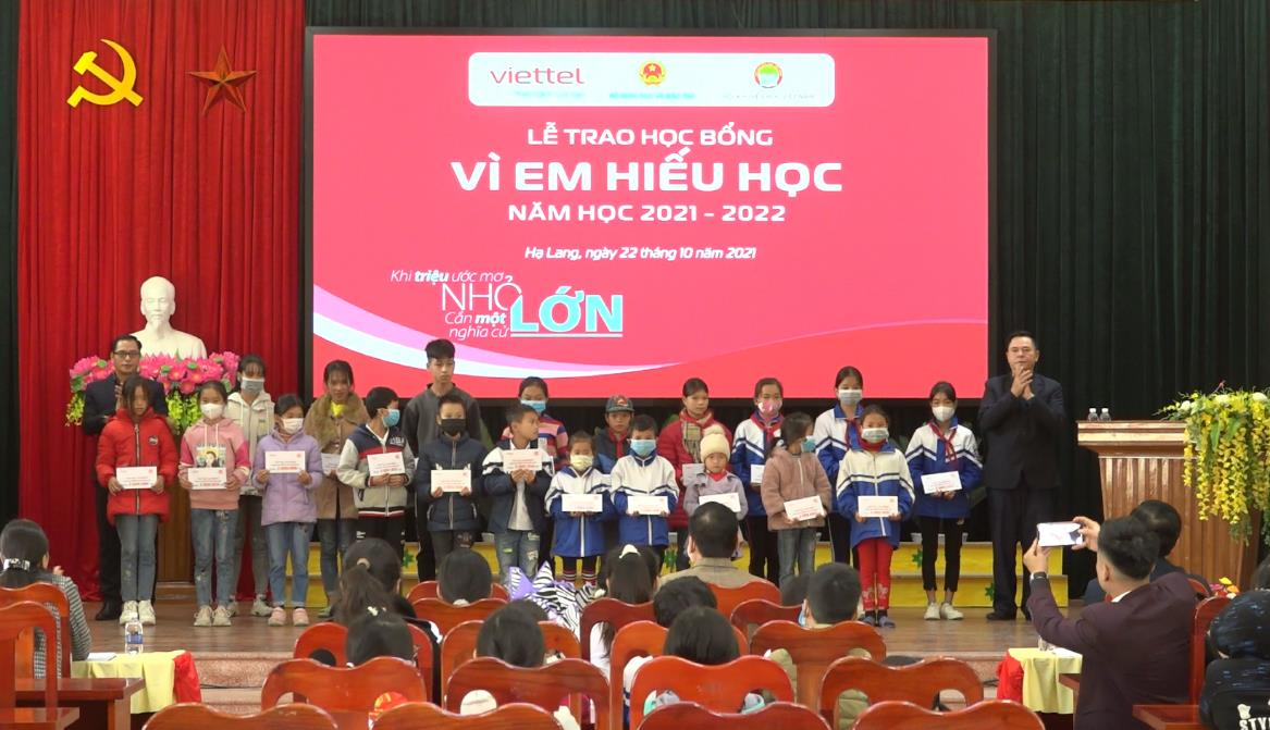"""Viettel Cao Bằng: Trao học bổng """"Vì em hiếu học"""" năm 2021 cho 1.320 học sinh có hoàn cảnh khó khăn"""