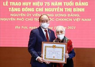 Nguyên Phó Chủ tịch nước Nguyễn Thị Bình nhận Huy hiệu 75 năm tuổi Đảng